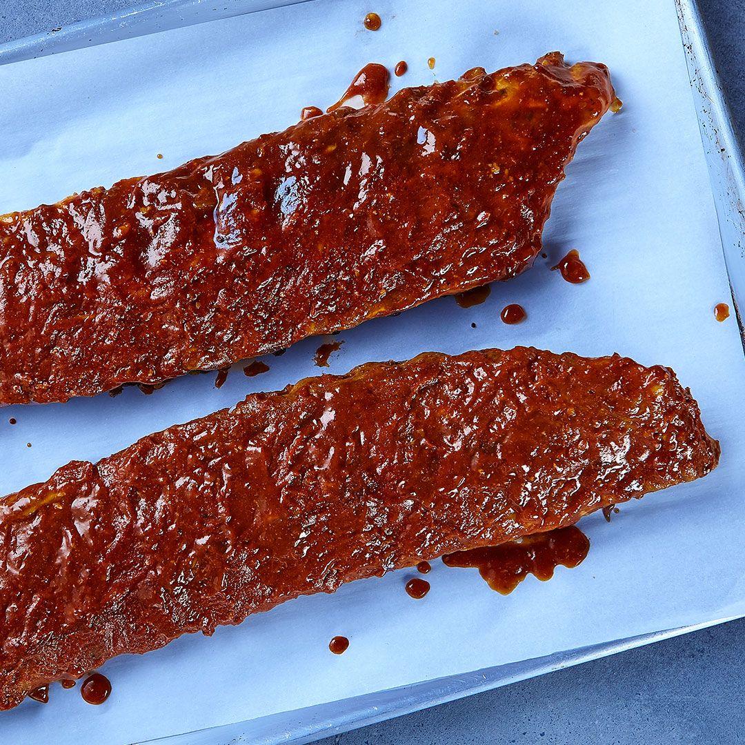 Côtes levées de dos de porc en sauce BBQ, entièrement cuites