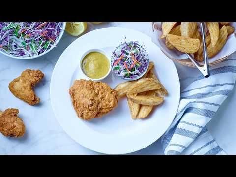 Poulet frit. Hauts de cuisse, pilons et ailes de poulet panés et cuits (assaisonnés)